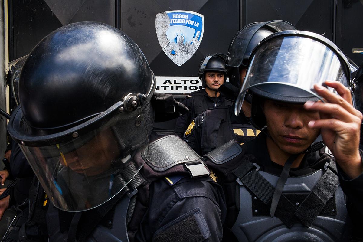Bullen bewachen Einrichtung vor Demonstraten
